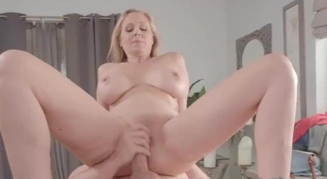Brazzers - Julia Ann gets a..